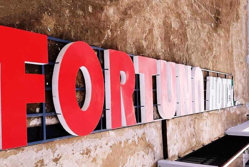 Hình ảnh thi công bảng hiệu quảng cáo Fortuna Hotel tại Phú Quốc