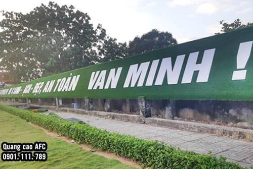 Hình ảnh thi công thảm cỏ nhân tạo gắn chữ nổi Alu gương tại Phú Quốc